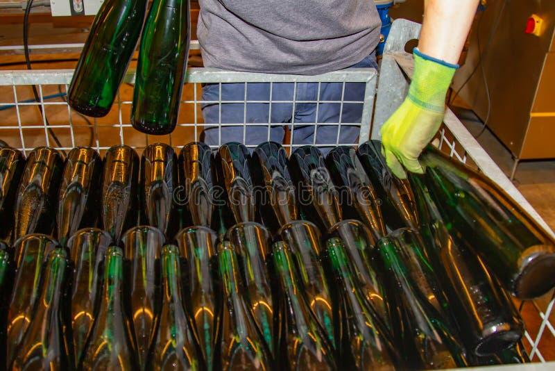 Worden de reeds gevulde flessen wijn geplaatst in een skeletcontainer royalty-vrije stock foto's