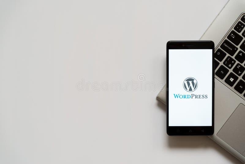 Wordpress logo på smartphoneskärmen arkivfoton