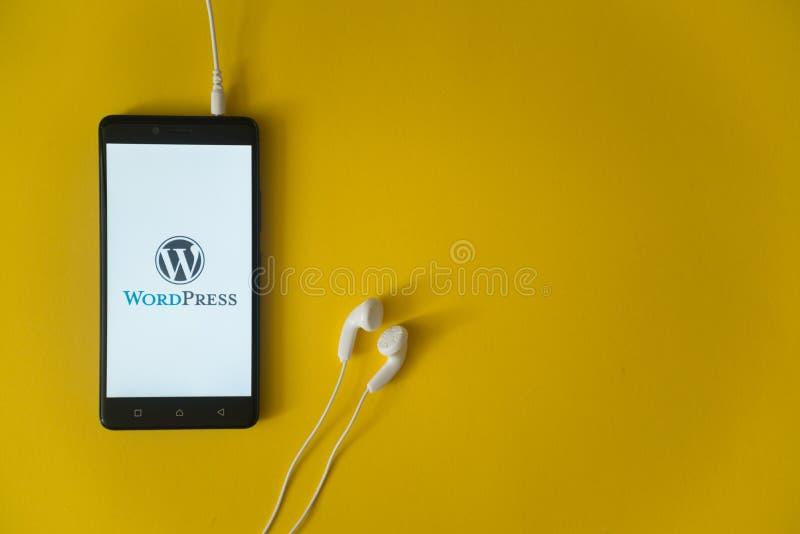 Wordpressembleem op het smartphonescherm op gele achtergrond royalty-vrije stock foto