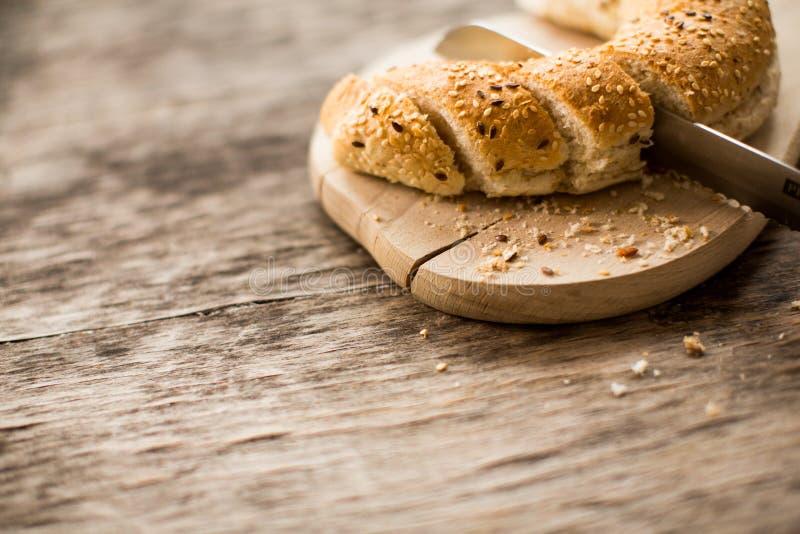 Wordt het vers gebakken brood aan boord gesneden in stukken royalty-vrije stock afbeeldingen