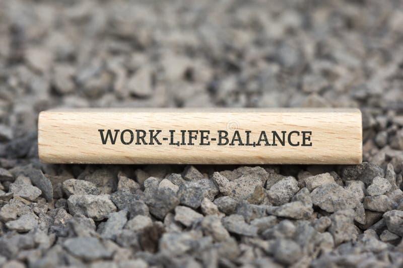 WORK-LIFE-BALANCE - image avec des mots liés au travail-vie-équilibre de sujet, nuage de mot, cube, lettre, image, illustration photo libre de droits