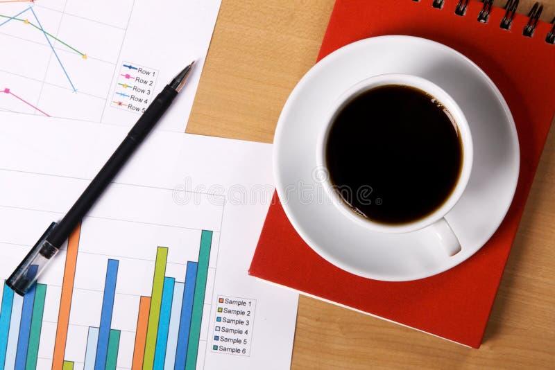 Work-table abgedeckt mit Dokumenten stockfoto