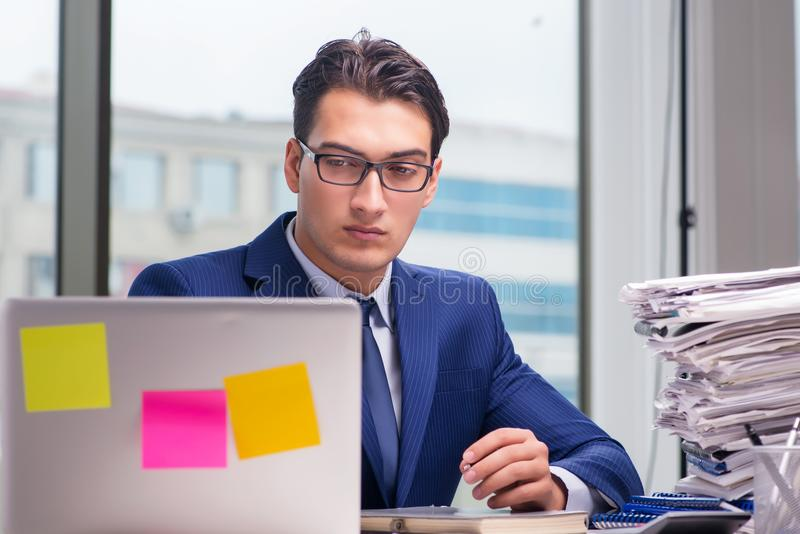Workaholic biznesmen przepracowywał się z zbyt dużo pracy w biurze obraz royalty free