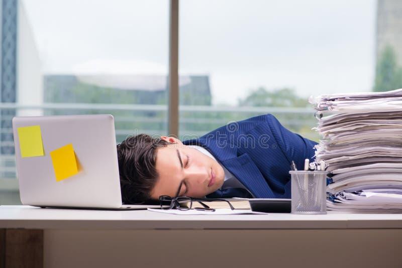 Workaholic biznesmen przepracowywał się z zbyt dużo pracy w biurze fotografia stock