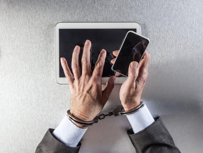 Workaholic biznesmen wiążący komunikacje zakłada kajdanki używać mobilną technologię zdjęcia royalty free