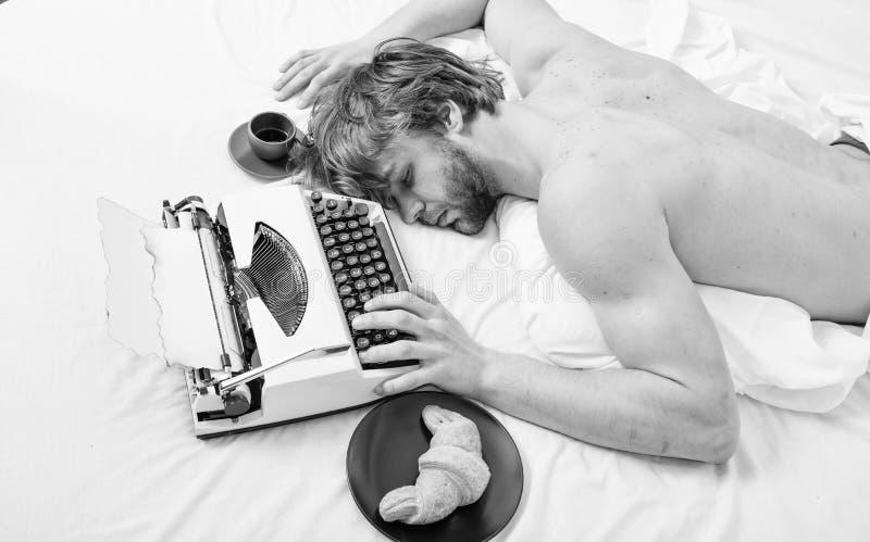 Workaholic spada u?piony M??czyzna z maszyna do pisania sen Znojny zaj?cie M??czyzna ?pi?cy nieatutowi bedclothes podczas gdy pra obrazy stock
