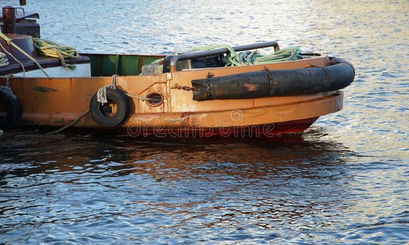 Workboat которое ставит на якорь в порте стоковая фотография rf