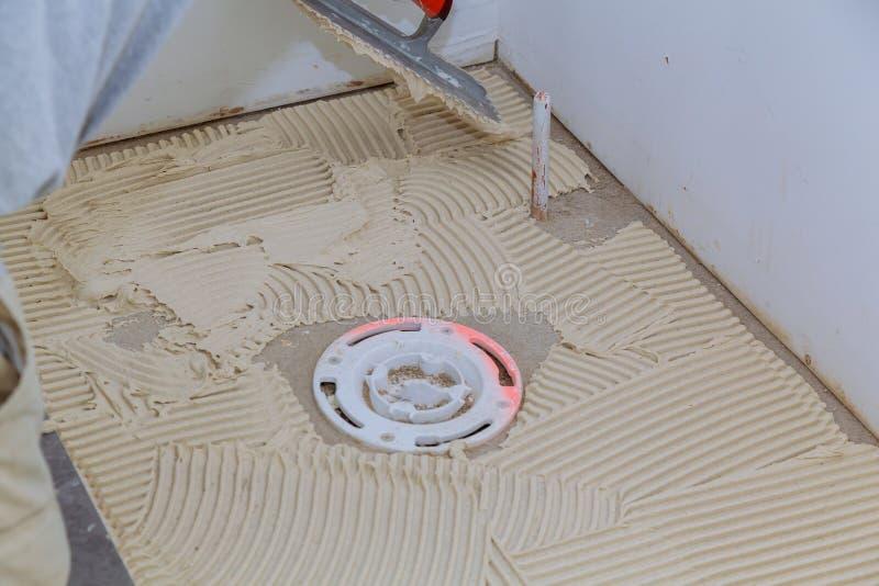 worke industriel de constructeur de carreleur installant le carrelage au travail de rénovation de réparation photo libre de droits