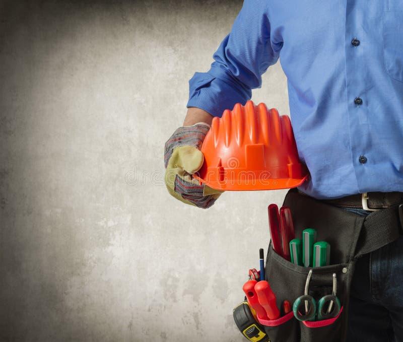 Workerin munduruje mień narzędzia, zamyka w górę widoku zdjęcia royalty free