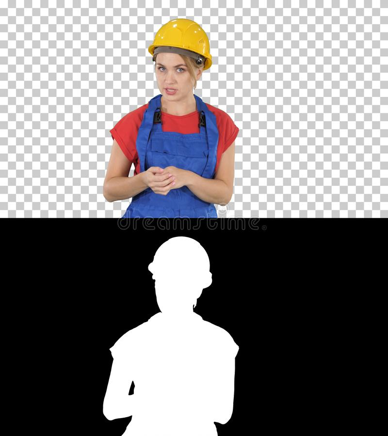 Worket fêmea da construção que explica suas ideias à câmera, Alpha Channel imagens de stock royalty free