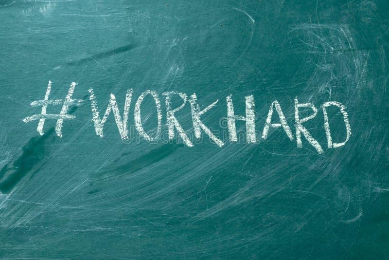 Workhard hashtag het met de hand geschreven met wit krijt op een groen bord royalty-vrije stock foto