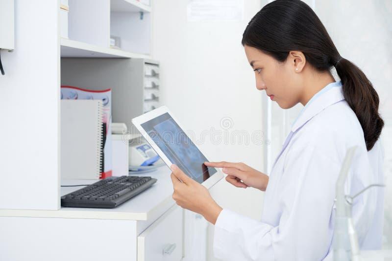 Workig do doutor no tablet pc imagens de stock