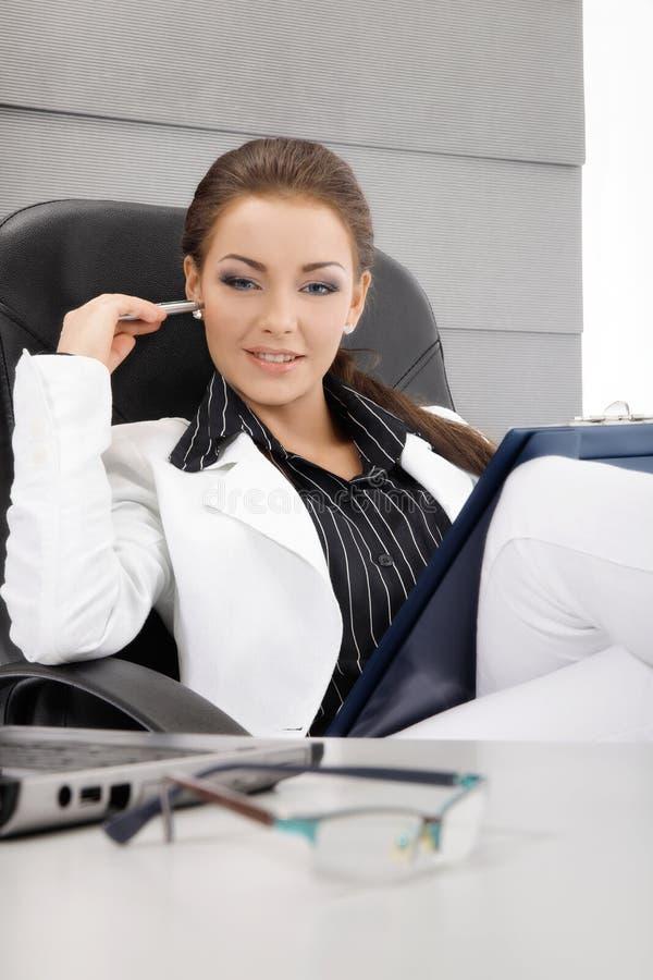 Workimg joven de la empresaria en la oficina imagen de archivo