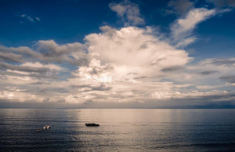 Working av fiskebåten i hav royaltyfria foton