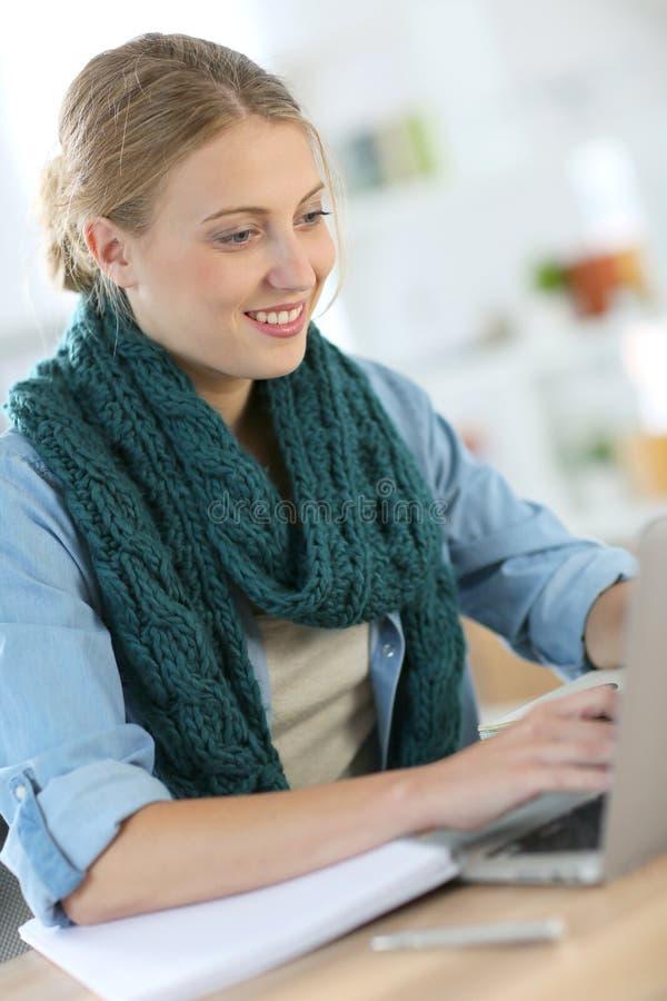 working för bärbar datordeltagarekvinna royaltyfri foto