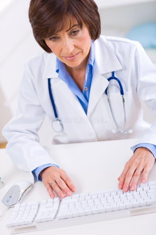 working för doktorskvinnligkontor arkivbilder