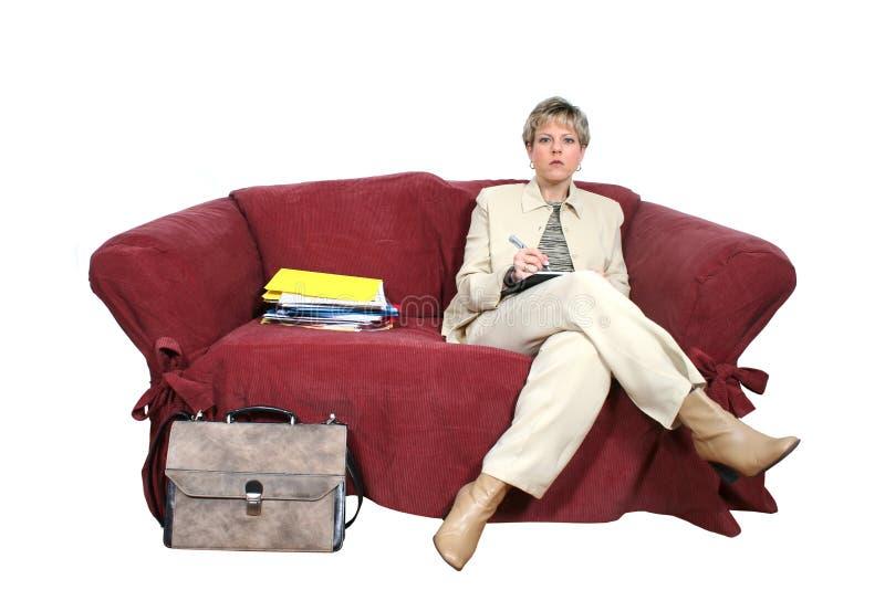 working för kvinna för affärssoffautgångspunkt arkivbild