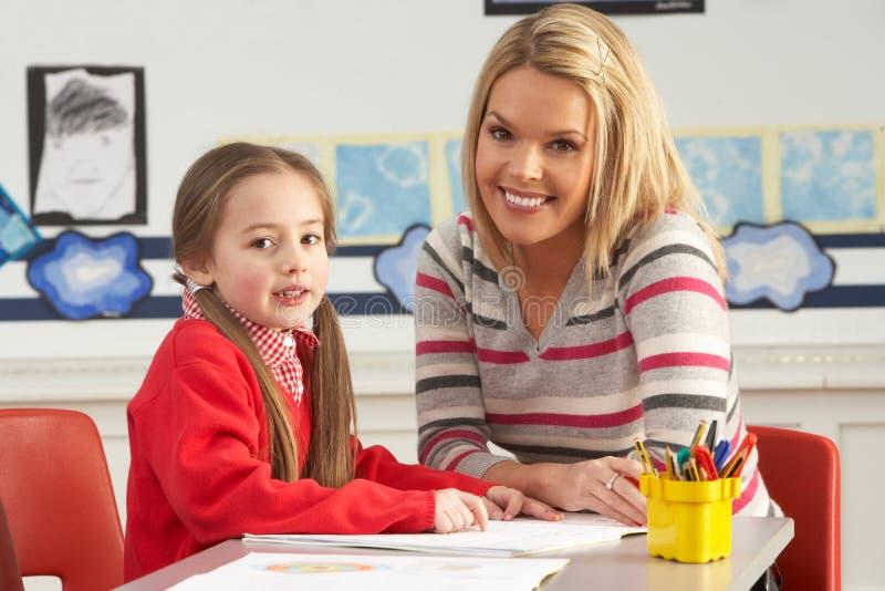 working för lärare för kvinnlighuvudelevskola royaltyfria foton