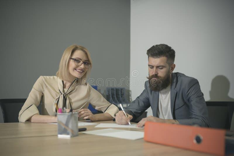 working för mankontorskvinna Kollaborativt teamworkbegrepp royaltyfri bild