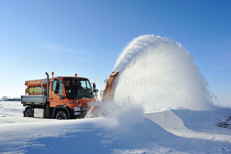 Working för Snowborttagning royaltyfria bilder