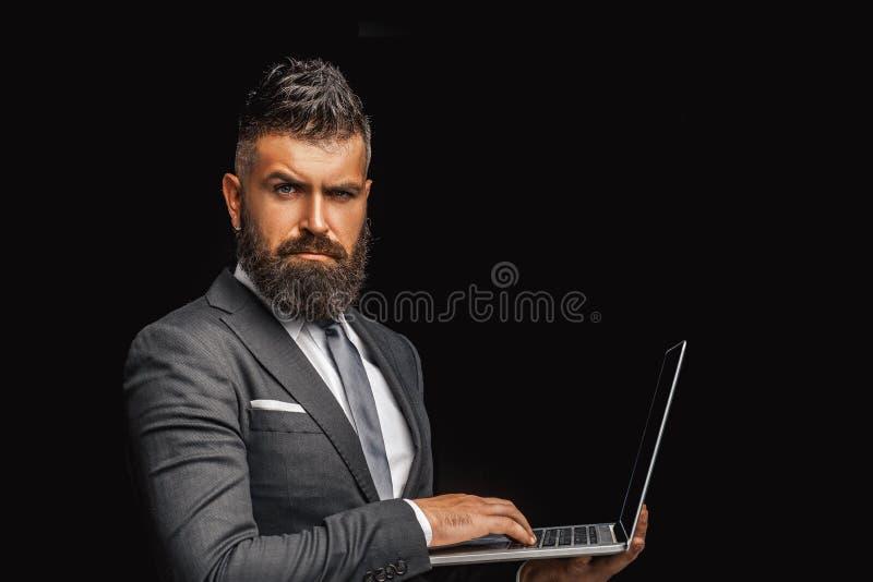 working f?r b?rbar dator f?r bakgrundsaff?rsmanmobiltelefon vit Isolerad aff?rsman - stilig man med kvinnaanseende p? svart bakgr arkivfoton