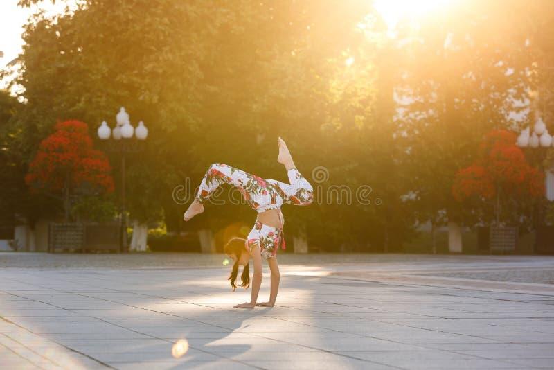 Workout νέος gymnast στοκ φωτογραφία με δικαίωμα ελεύθερης χρήσης