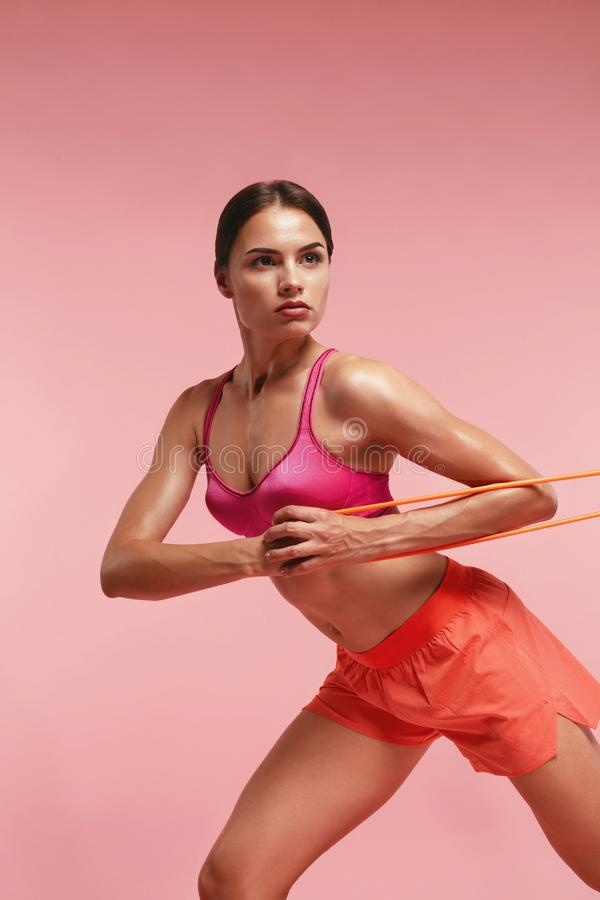 workout Frauen-Training mit Widerstand-Bändern auf rosa Hintergrund stockbild