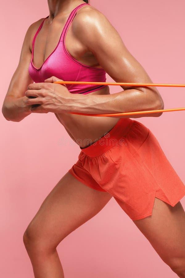 workout Frauen-Training mit Widerstand-Bändern auf rosa Hintergrund stockfoto