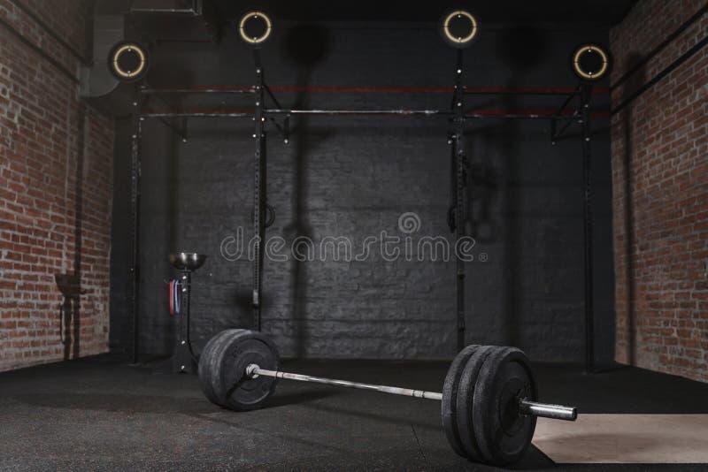 0Workout gymnastiek met dwars geschikt materiaal De gymnastiek- ringen van Barbellrekstokken stock afbeelding
