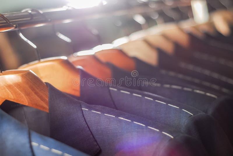 Workpiece kurtki na odzieżowym wieszaku w krawiectwa studiu zdjęcia stock
