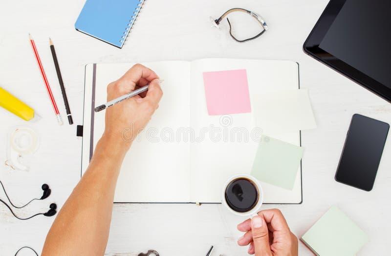 workplace Τοπ όψη σύγχρονη εργασία ατόμων συσκευών στοκ φωτογραφία με δικαίωμα ελεύθερης χρήσης