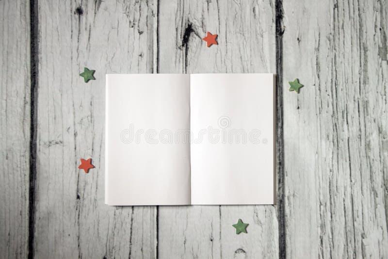 workplace Раскройте блокнот с пустыми страницами, пустую тетрадь на белой деревянной предпосылке Насмешка фото вверх, план Взгляд стоковое фото