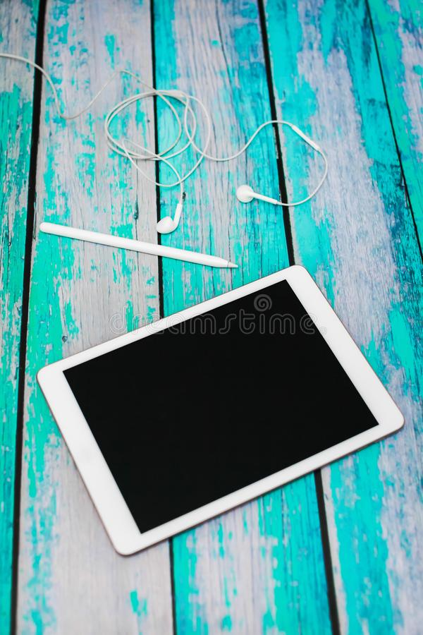 workplace Sulla tavola di legno c'è una tavola dei grafici, stylu immagine stock libera da diritti