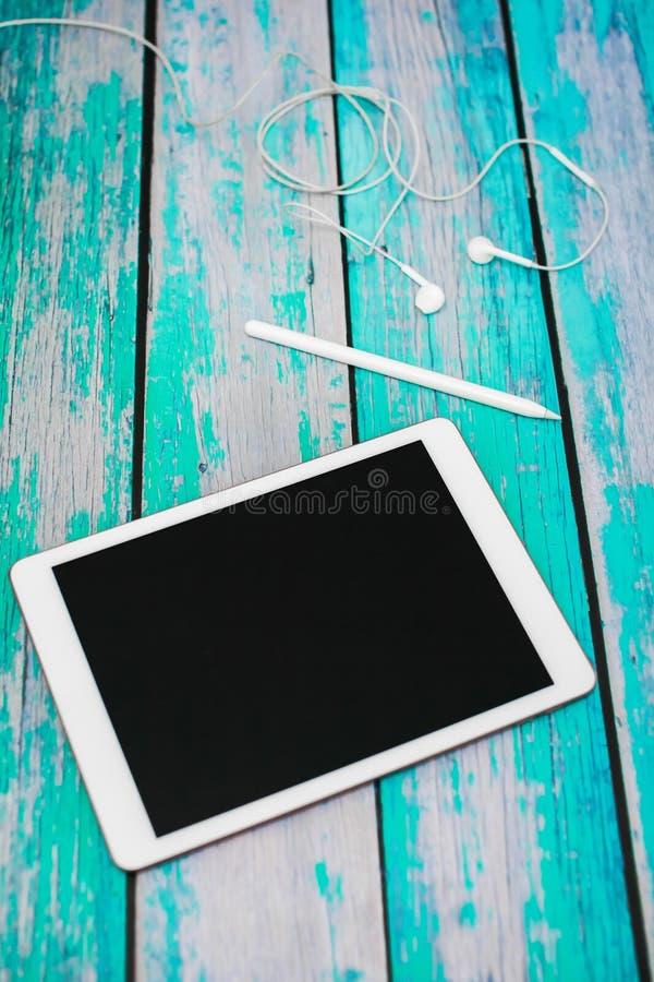 workplace Sulla tavola di legno c'è una tavola dei grafici, stylu immagini stock libere da diritti