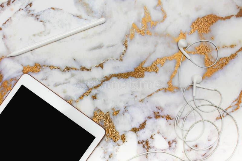 workplace Sulla tavola di marmo c'è una tavola dei grafici, lo stilo, cuffie Vista superiore fotografie stock