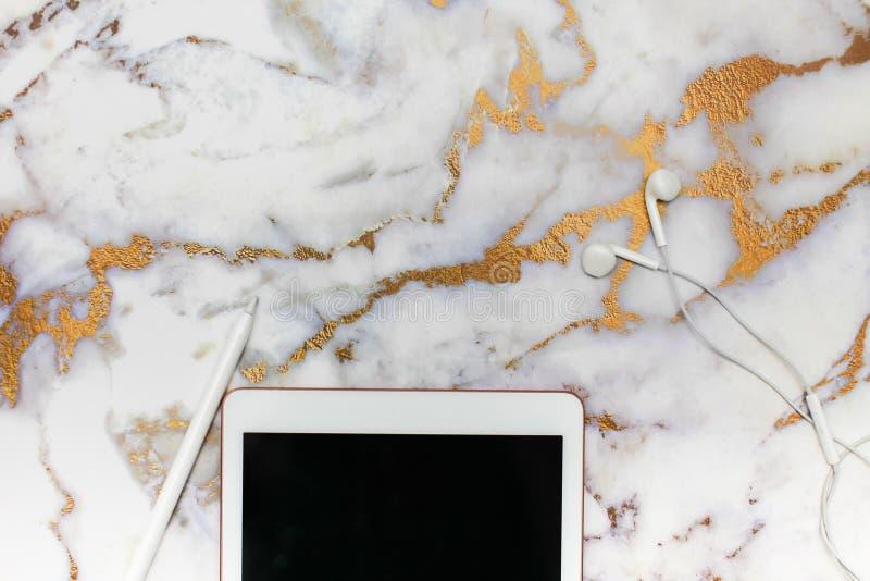 workplace Sulla tavola di marmo c'è una tavola dei grafici, stylu fotografia stock libera da diritti