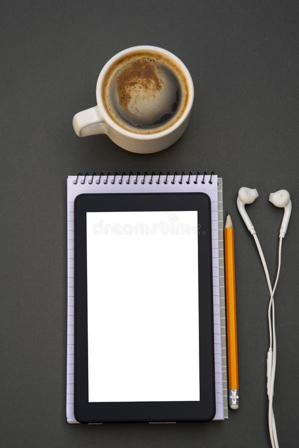 workplace Telefono, compressa e blocco note sulla tavola Modello per desigh con lo spazio della copia Affare, concetto di istruzi fotografia stock libera da diritti
