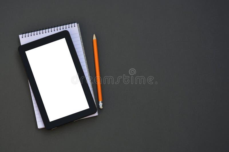 workplace Telefono, compressa e blocco note sulla tavola Modello per desigh con lo spazio della copia Affare, concetto di istruzi immagine stock