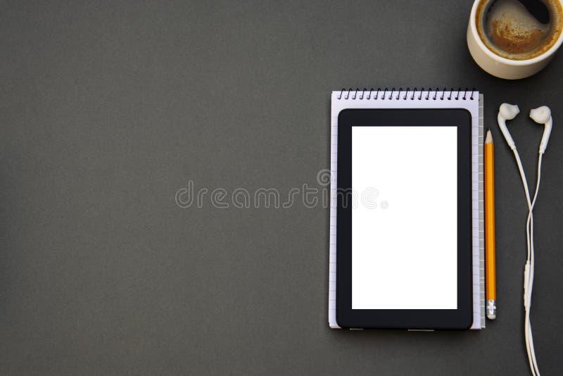 workplace Telefono, compressa e blocco note sulla tavola Modello per desigh con lo spazio della copia Affare, concetto di istruzi immagini stock