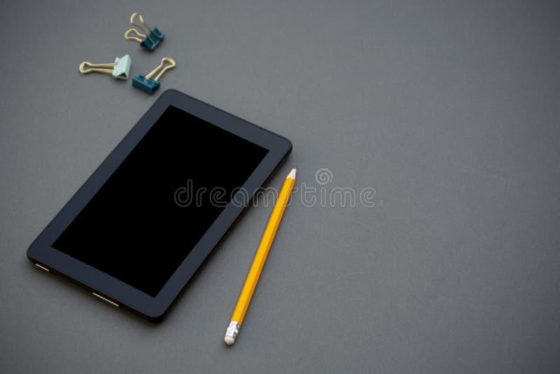 workplace Telefono, compressa e blocco note sulla tavola Modello per desigh con lo spazio della copia Affare, concetto di istruzi fotografie stock