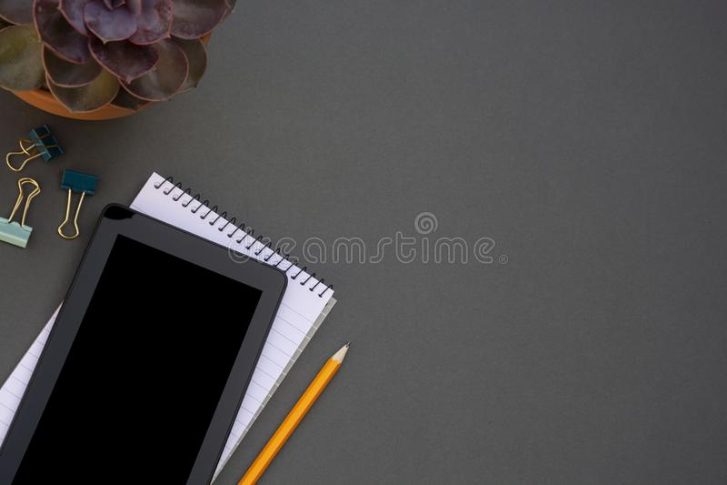workplace Telefono, compressa e blocco note sulla tavola Modello per desigh con lo spazio della copia Affare, concetto di istruzi fotografia stock
