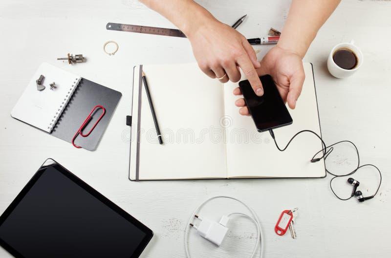 workplace Uomo che lavora al blocco note fotografie stock libere da diritti