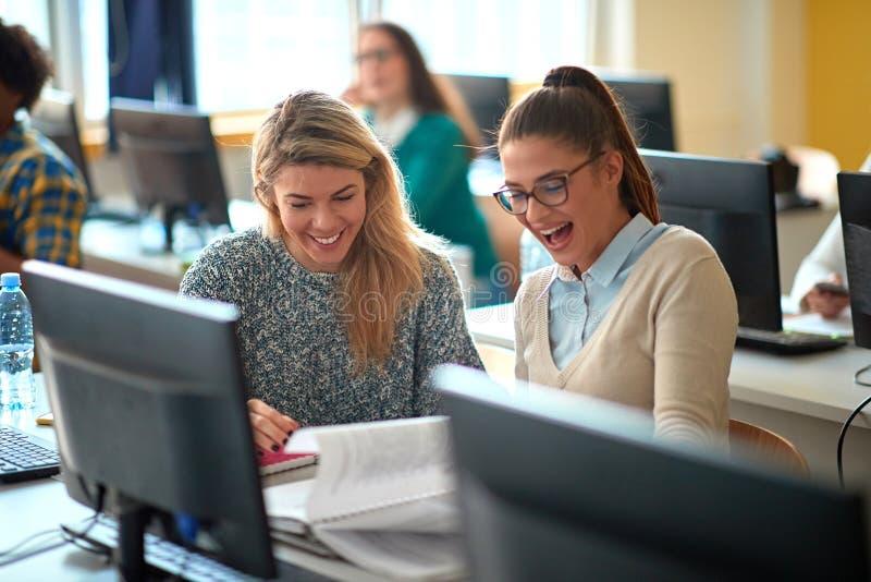 Workshop de TI na universidade Happy Girl na aula com computador fotos de stock royalty free