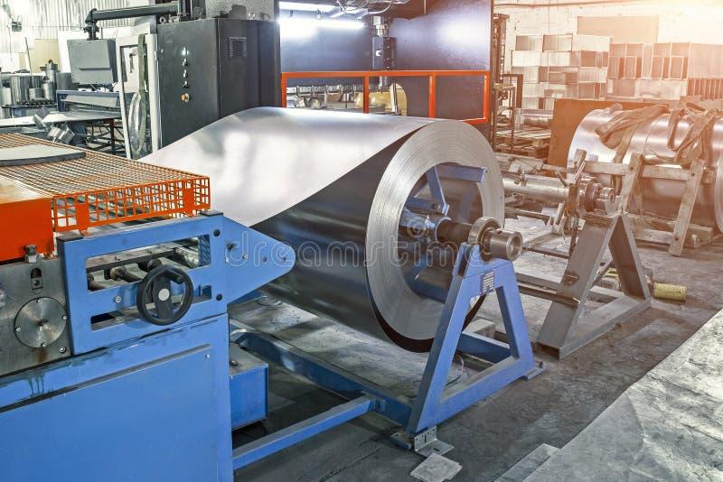 Worksop avec les outils et l'équipement de machines, les rouleaux d'acier galvanisé pour des tuyaux en métal de production et les image libre de droits