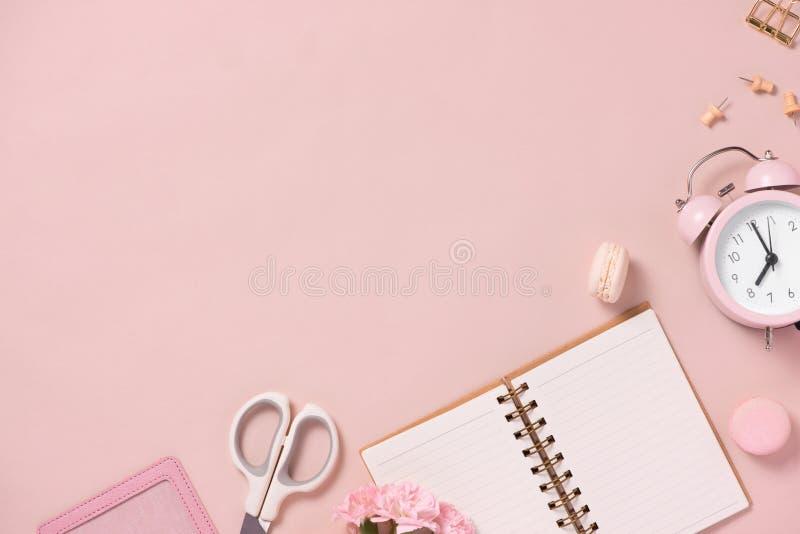 workspace Γαμήλιος αρμόδιος για το σχεδιασμό διακοσμήσεις Επίπεδος βάλτε στοκ εικόνες