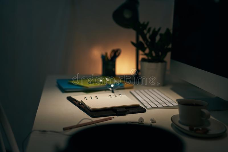 Workspace med den skrivbords- datoren, kaffe, kontorstillf?rsel, houseplanten och b?cker p? kontoret arkivfoto