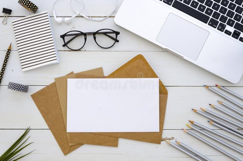 Workspace mockup z laptopem, kopertą i barwionymi ołówkami, Ręki literowania inspiraci wycena obrazy royalty free
