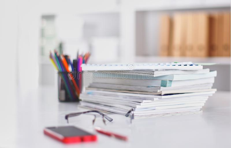 Workspace prezentaci mockup, komputer stacjonarny i biurowe dostawy na marmurowym biurku, fotografia stock