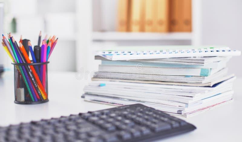Workspace prezentaci mockup, komputer stacjonarny i biurowe dostawy na marmurowym biurku, obrazy royalty free