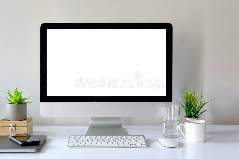 Workspace z komputerem z pustym bielu ekranem zdjęcia royalty free